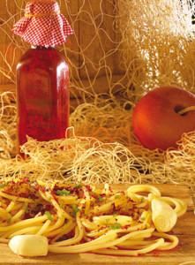 Un invitante piatto di spaghetti con la colatura di alici di Cetara.