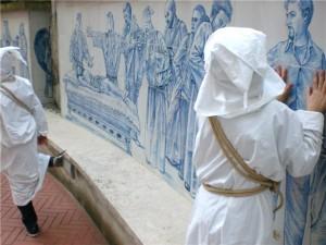 Il pannello in ceramica che riveste la parete sinistra dell'atrio d'ingresso dell'Arciconfraternita, racchiude e racconta la tradizione dei Battenti.